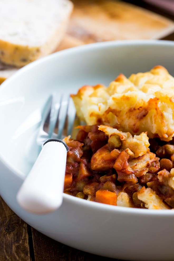 Vegan Shepherds Pie- vegan version of this family favourite, crammed with low fat but protein rich split peas, veggies and tonnes of hearty flavour! #vegan #shepherdspie #vegetarian #meatless #plantbased #dinner #recipe   thecookandhim.com