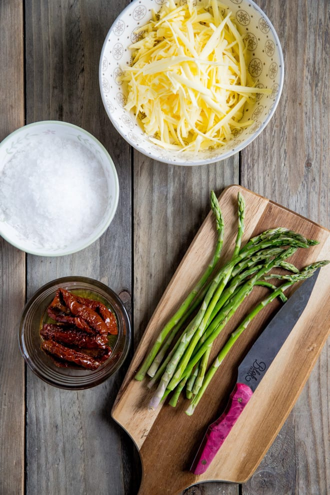 Asparagus and Sun Dried Tomato Bread - all the flavours of spring in every bite, along with tangy tomatoes, melty vegan cheese and aromatic basil! #veganbaking #homemadebread #veganrecipes #asparagus   Recipe on thecookandhim.com