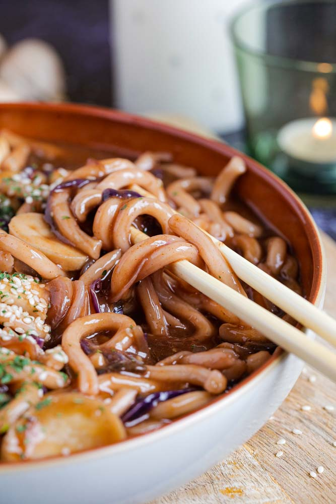 This easy and quick to put together vegan stir fry combines Japanese udon noodles and delicious veggies in a rich, sticky and spicy sauce #udonnoodles #noodles #vegan #stirfry #japanesefood #veganrecipes #vegannoodles | Recipe on thecookandhim.com